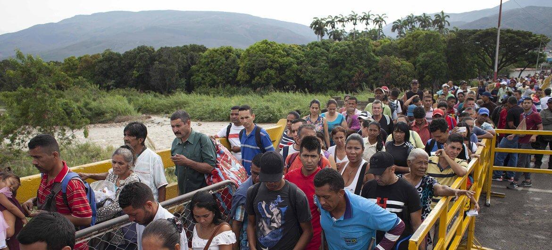ACNUR / Fabio Cuttica Unos 5000 venezolanos entran a Colombia cada día por puntos oficiales como éste del puente Simón Bolivar que visitó el Alto Comisionado para los Refugiados.