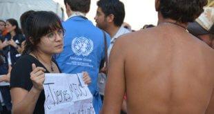 CINU México / Antonio Nieto Una mujer lleva un cartel que pregunta '¿Tienes miedo de volver a tu país?' en el estadio Jesús Martínez 'Palillo' donde están descansando miles de migrantes de la caravana