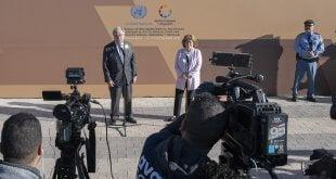 ONU/Mark Garten El Secretario General de la ONU, António Guterres, junto a su representante especial para la migración, Louise Arbour, hablan ante la prensa después de la adopción del Pacto Mundial para la Migración.