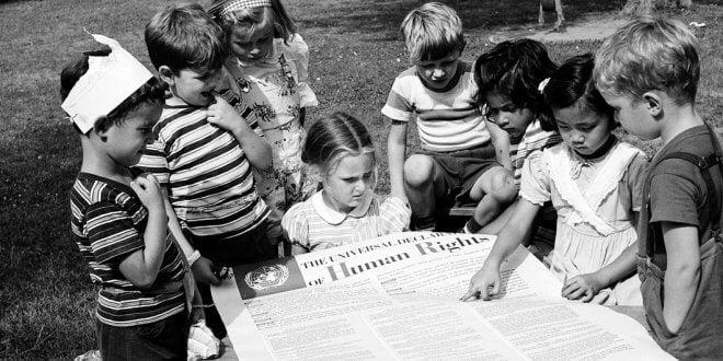 ARCHIVO/ONU Un grupo de niños lee la Declaración Universal de los Derechos Humanos en un jardín de infancia.