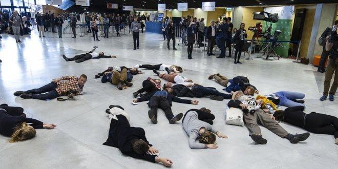 """UNFCCC Secretariat Un """"Flash Mob"""" durante el COP24 en Polonia para recordar a todos los líderes que las negociaciones van muy lentas y hay que toamr acción ahora."""
