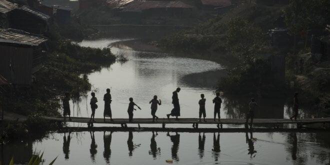 © UNICEF/Nybo Un grupo de niños rohinyas cruzan un puente de bambú en el campamento de refugiados de Kutupalong en Bangladesh, a donde han llegado cientos de miles de refugiados que tuvieron que huir de sus hogares en Myanmar.