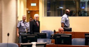 ONU-IRMCT/Leslie Hondebrink-Hermer Radovan Karadžić durante la vista de apelación el 20 de marzo de 2019