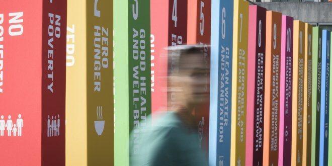 ONU/Manuel Elias Expositores promocionales que ilustran los 17 Objetivos de Desarrollo Sostenible en la Sede de las Naciones Unidas en Nueva York.