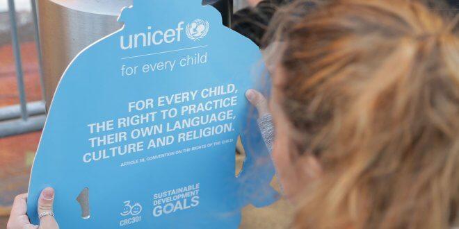 UNICEF Una niña obervando un muñeco de cartón en forma de chico que forma parte de la instalación de UNICEF sobre la Convención sobre los Derechos del Niño, expuesta fuera de la Sede de las Naciones Unidas.