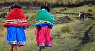 © FAO-GEF Ecuador Dos mujeres indígenas caminando en Ecuador.